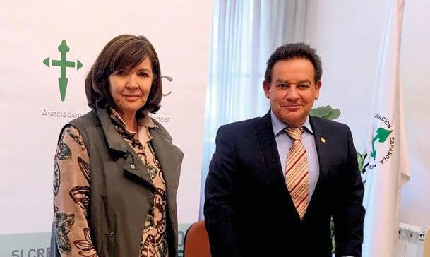 Margarita Fuente, presidenta de la Asociación Asturiana contra el Cáncer, y Javier González Tuñón, presidente del Codes.