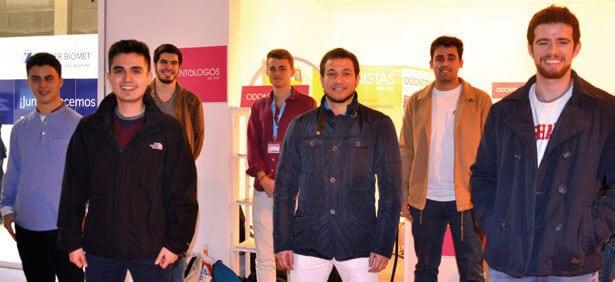 Radwan Faraji junto a más estudiantes.